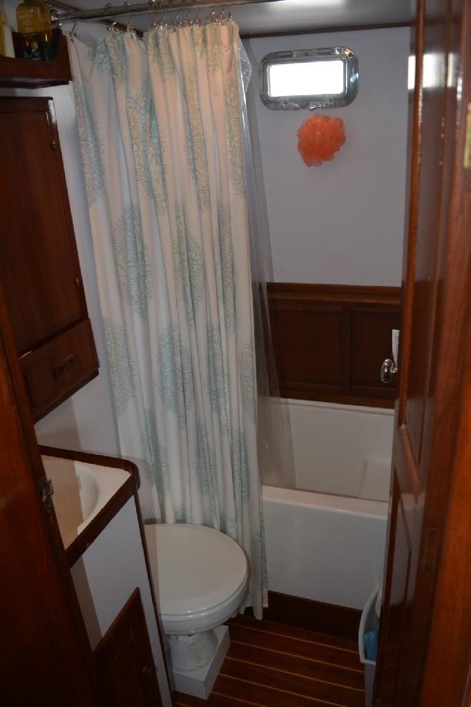 Marine Trader 36 DOUBLE CABIN - Aft Head with Shower