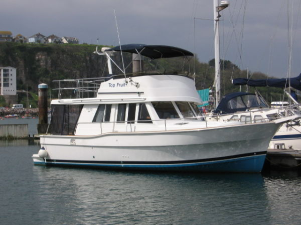 2002 Mainship 390 with single Caterpillar diesel engine, with less thatn ...