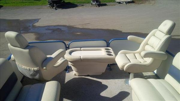 2005 Bentley boat for sale, model of the boat is Cruise 240 & Image # 8 of 12