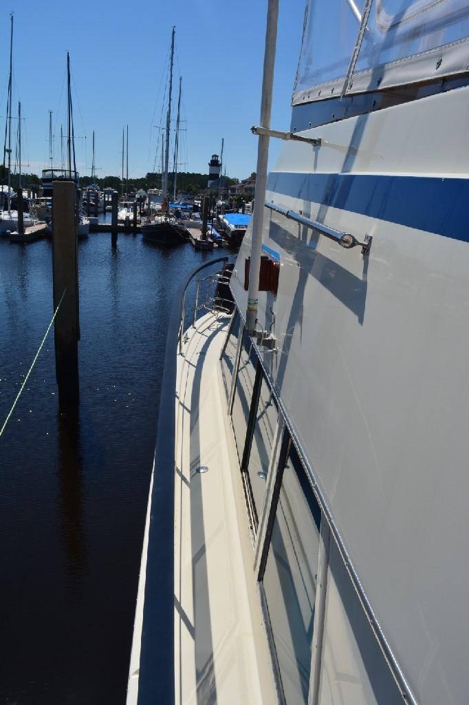 Hatteras 43 Motor Yacht - Port Walkway