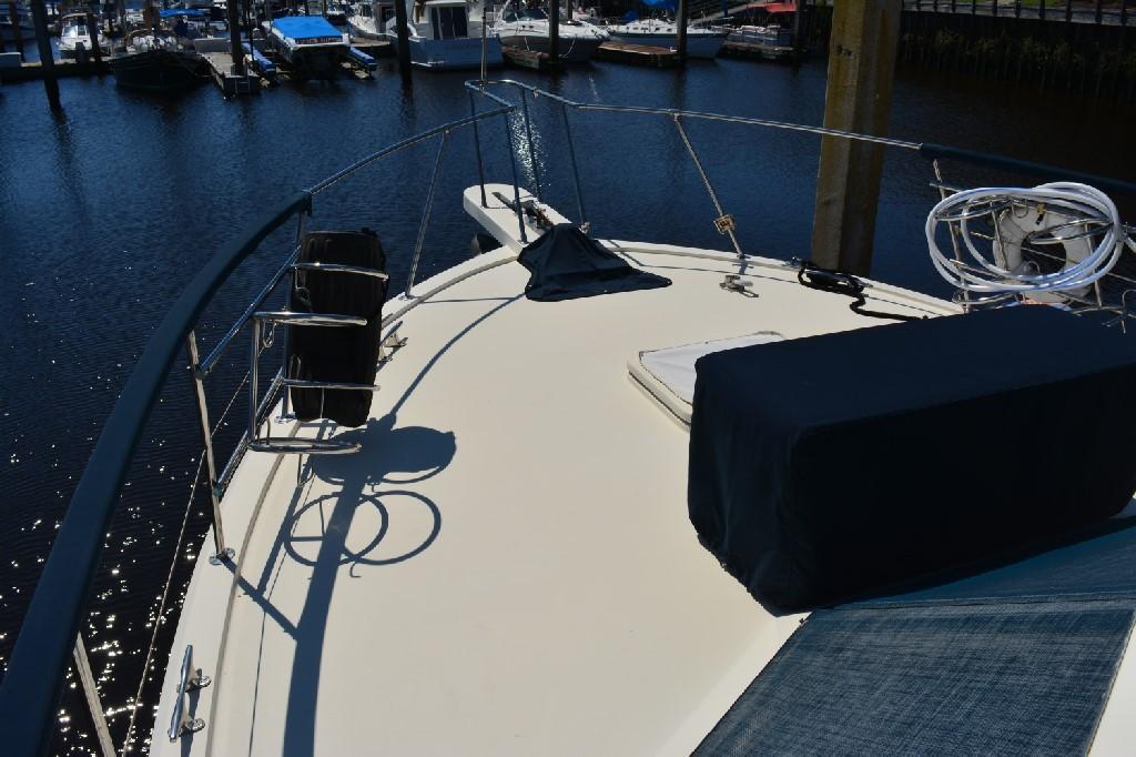 Hatteras 43 Motor Yacht - Foredeck