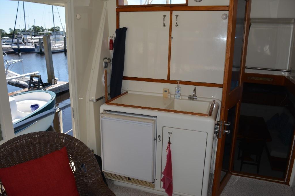 Hatteras 43 Motor Yacht - Aft Deck Wet Bar