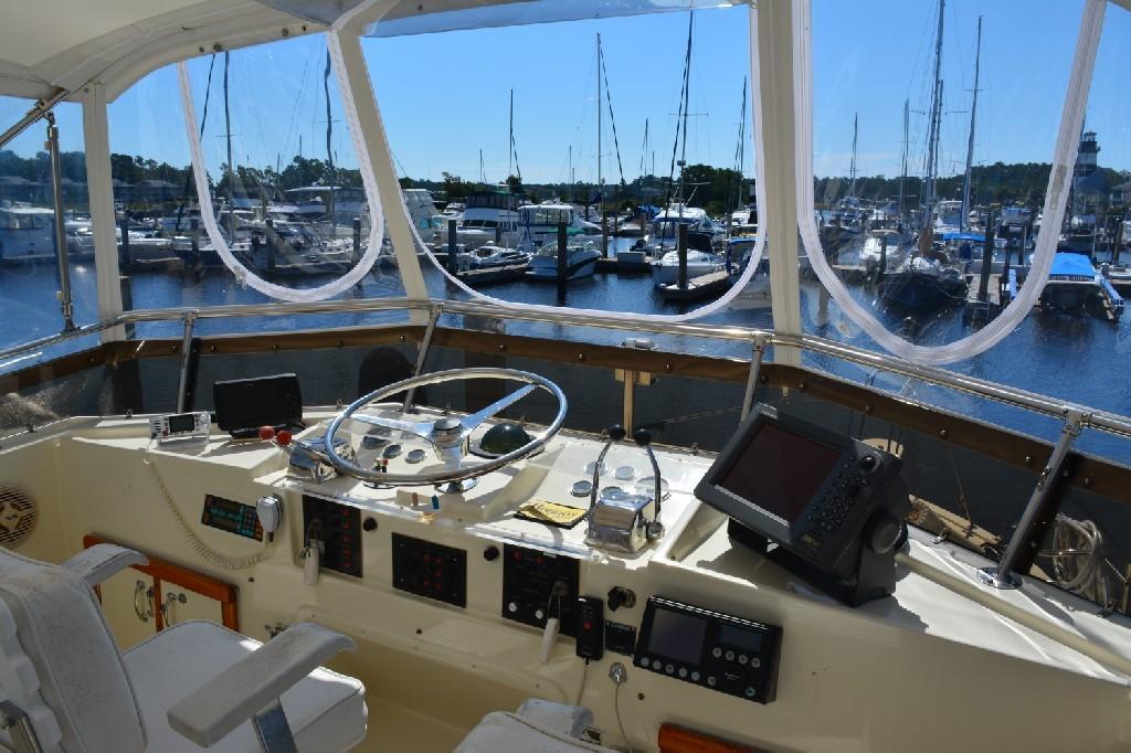 Hatteras 43 Motor Yacht - Helm