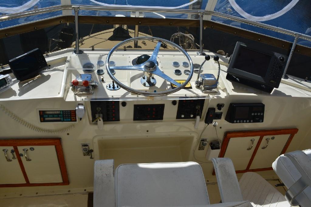 Hatteras 43 Motor Yacht - Helm 2