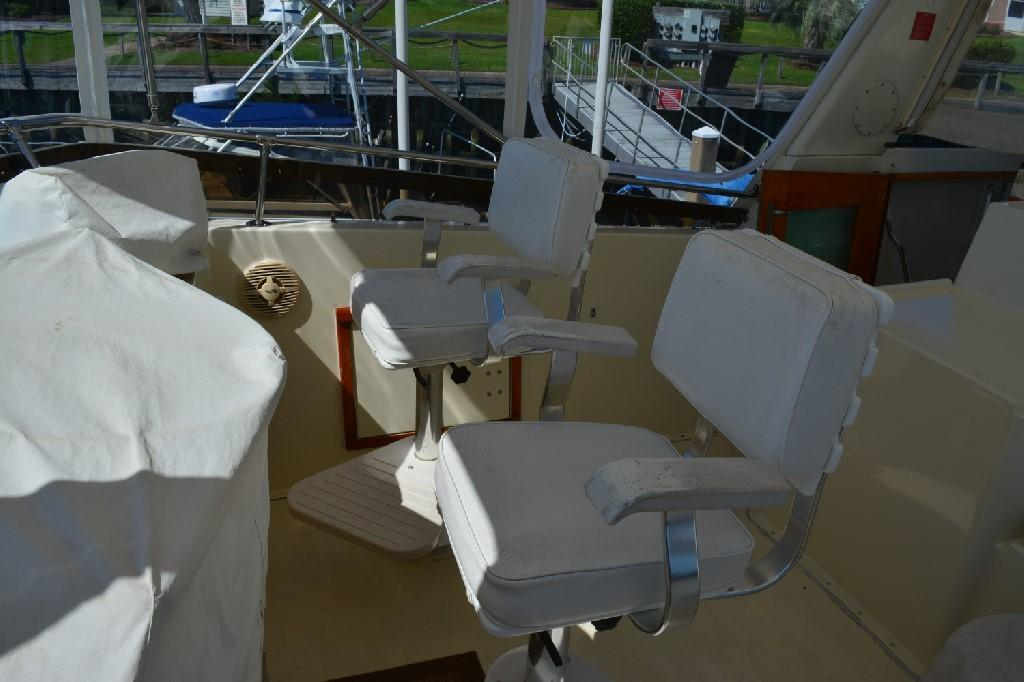 Hatteras 43 Motor Yacht - Helm Seating