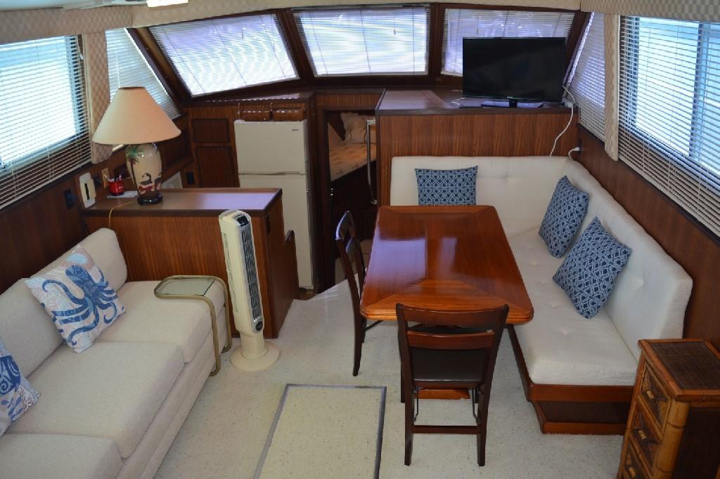 Hatteras 43 Motor Yacht - Salon
