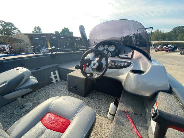 2015 Tracker Boats boat for sale, model of the boat is Pro Guide V-175 SC & Image # 4 of 9
