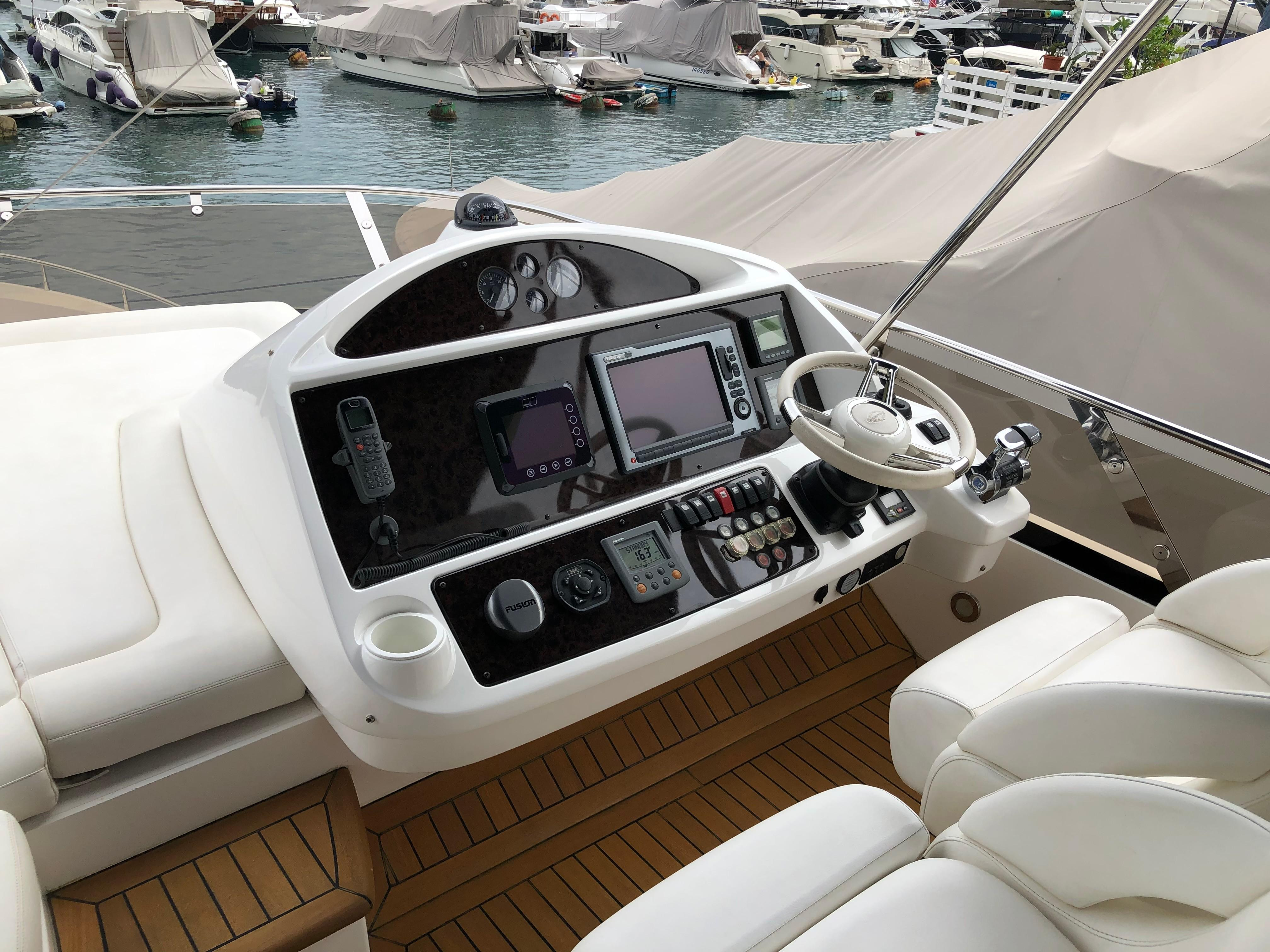 Manhattan 73 - Flybridge Helm