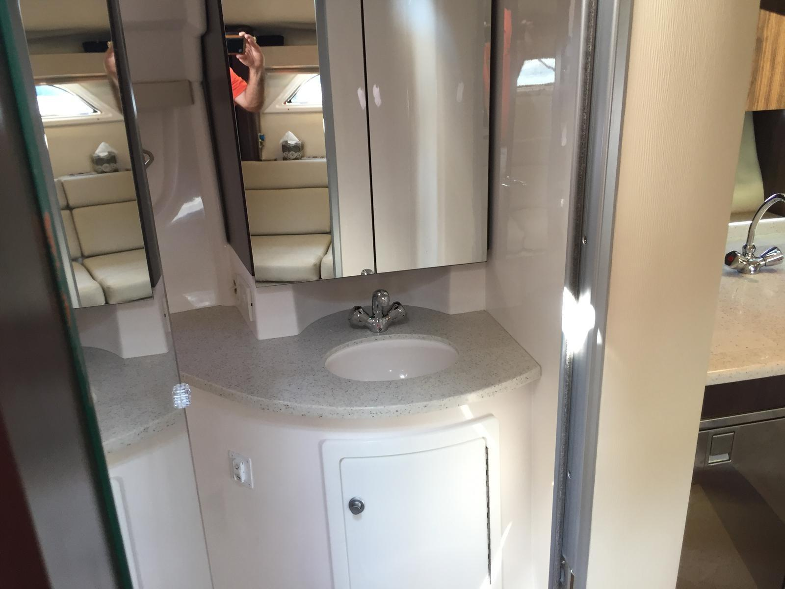 Regal 35 Sport Coupe - Head/shower compartment