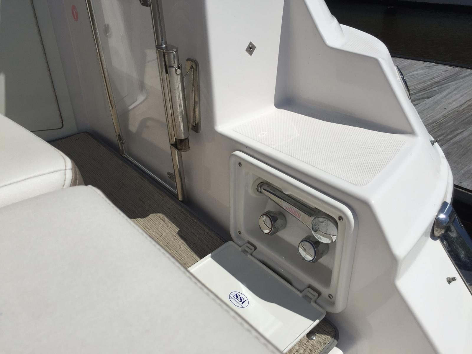 Regal 35 Sport Coupe - Hot/cold transom shower
