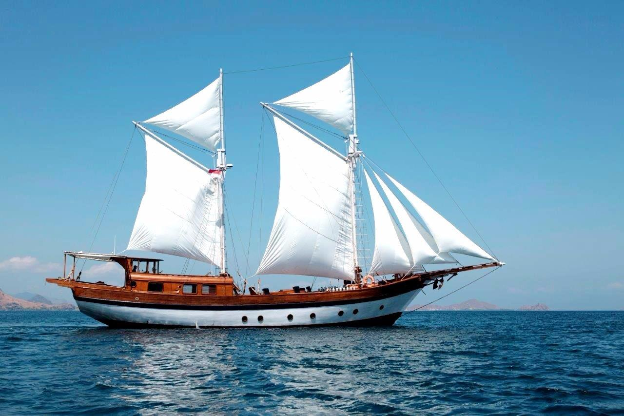 30 m Luxury Phinisi Under sail
