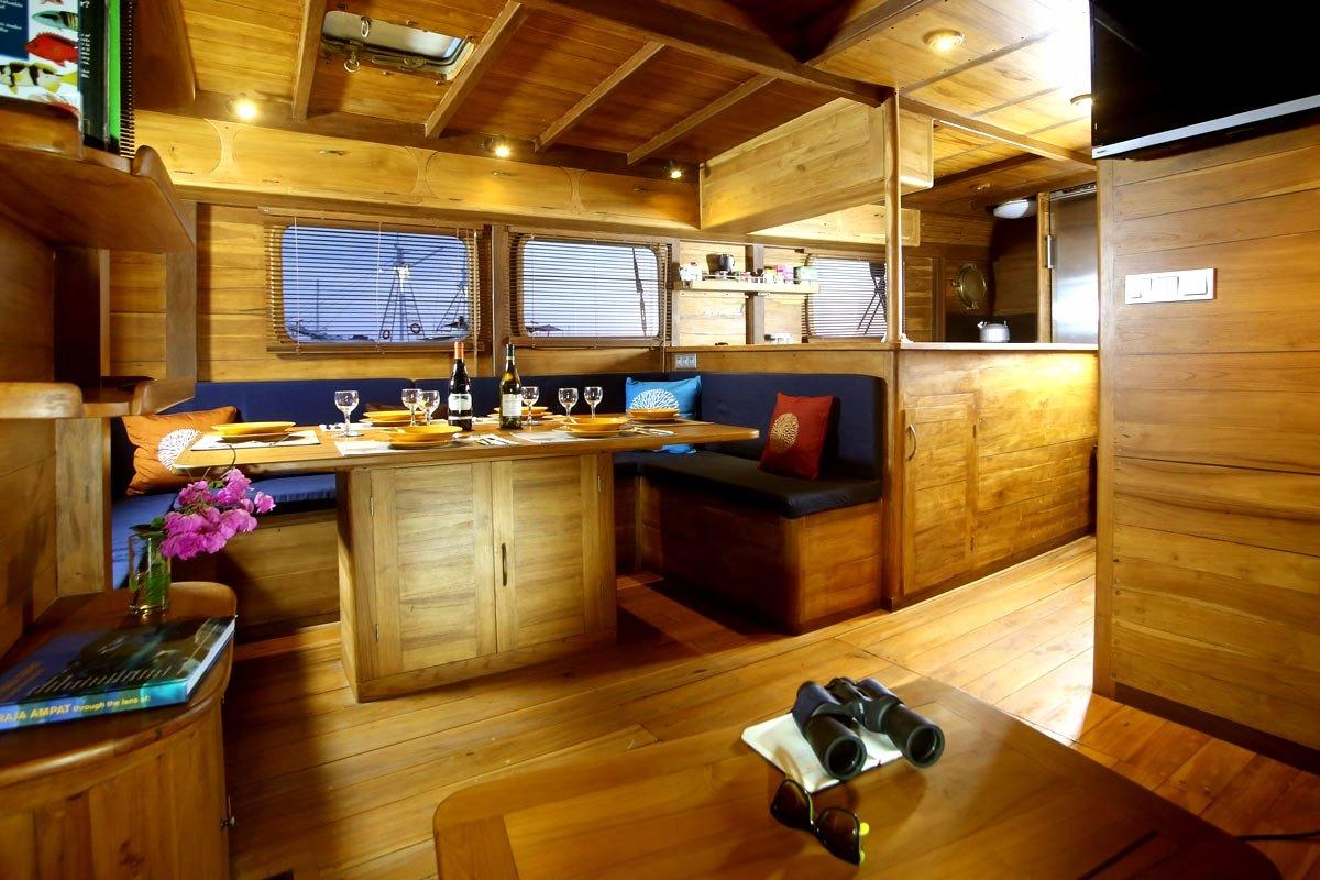 30 m Luxury Phinisi Saloon