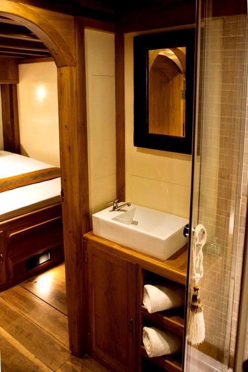 30 m Luxury Phinisi Rear Cabin En-suite