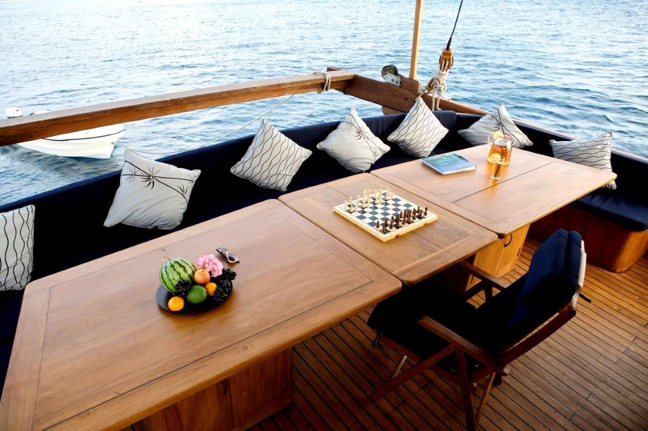 30 m Luxury Phinisi Outdoor Dining Table