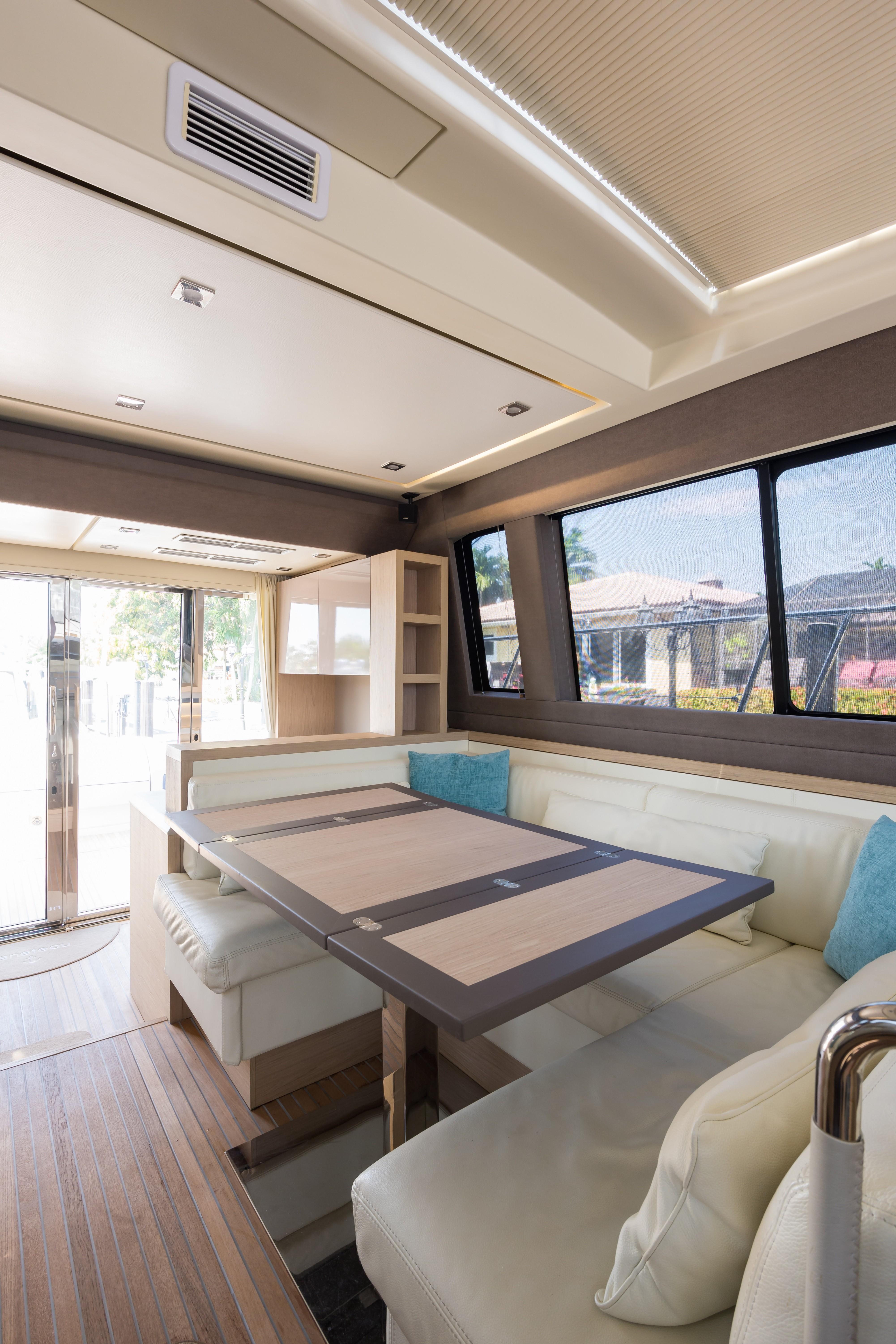 2015 Beneteau Monte Carlo 5S Entrance Salon/Dinette