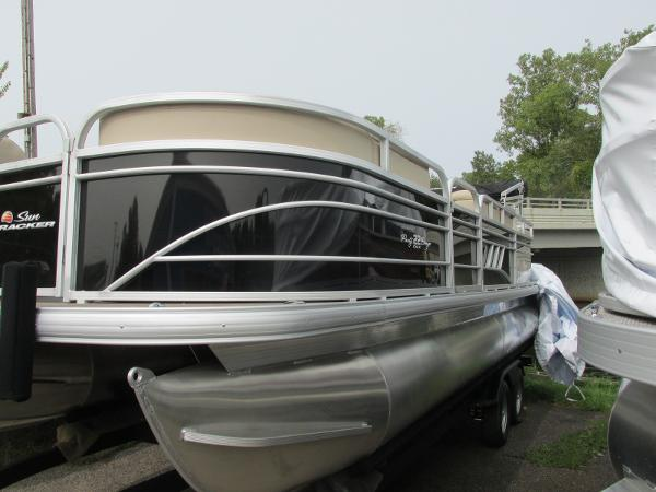 2021 Sun Tracker boat for sale, model of the boat is Party Barge 22 RF DLX & Image # 4 of 28