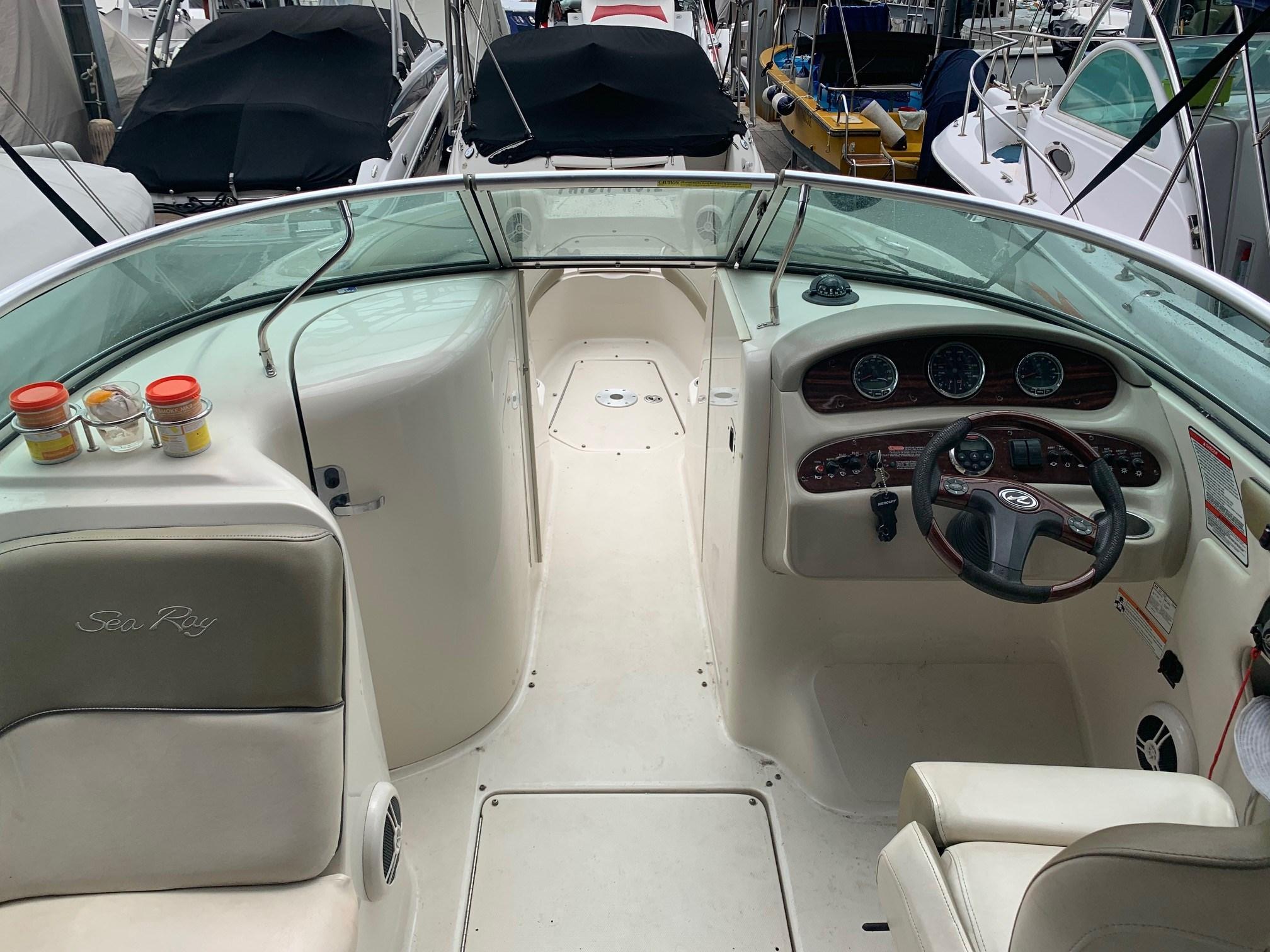 Sea Ray 240 Sundeck Cockpit