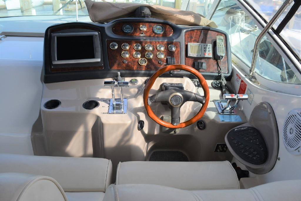 Cruisers Yachts 4050 Express - Helm