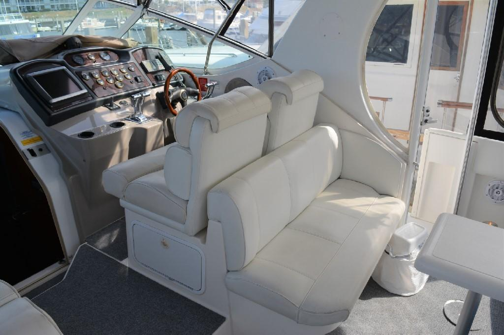 Cruisers Yachts 4050 Express - Helm Seating