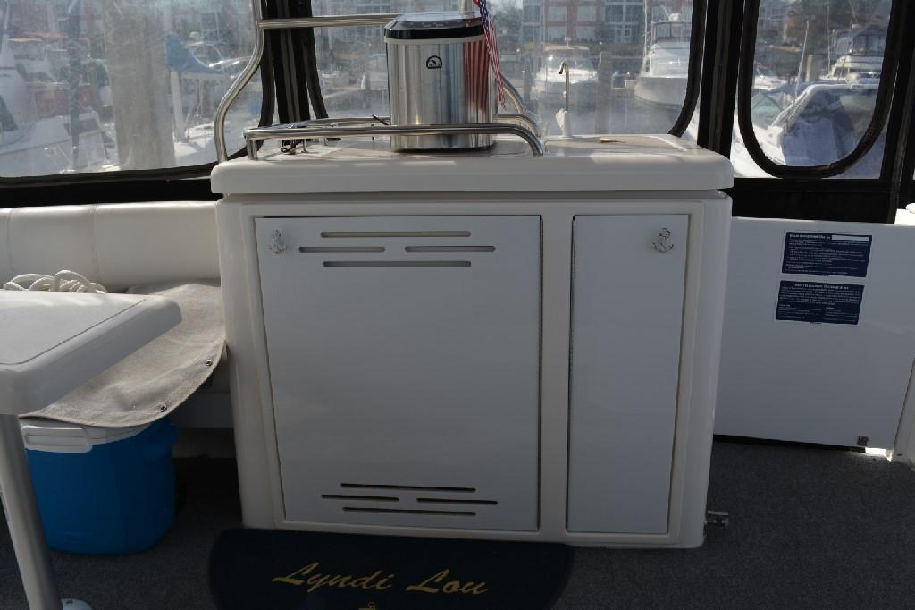Cruisers Yachts 4050 Express - Aft Deck Wet Bar