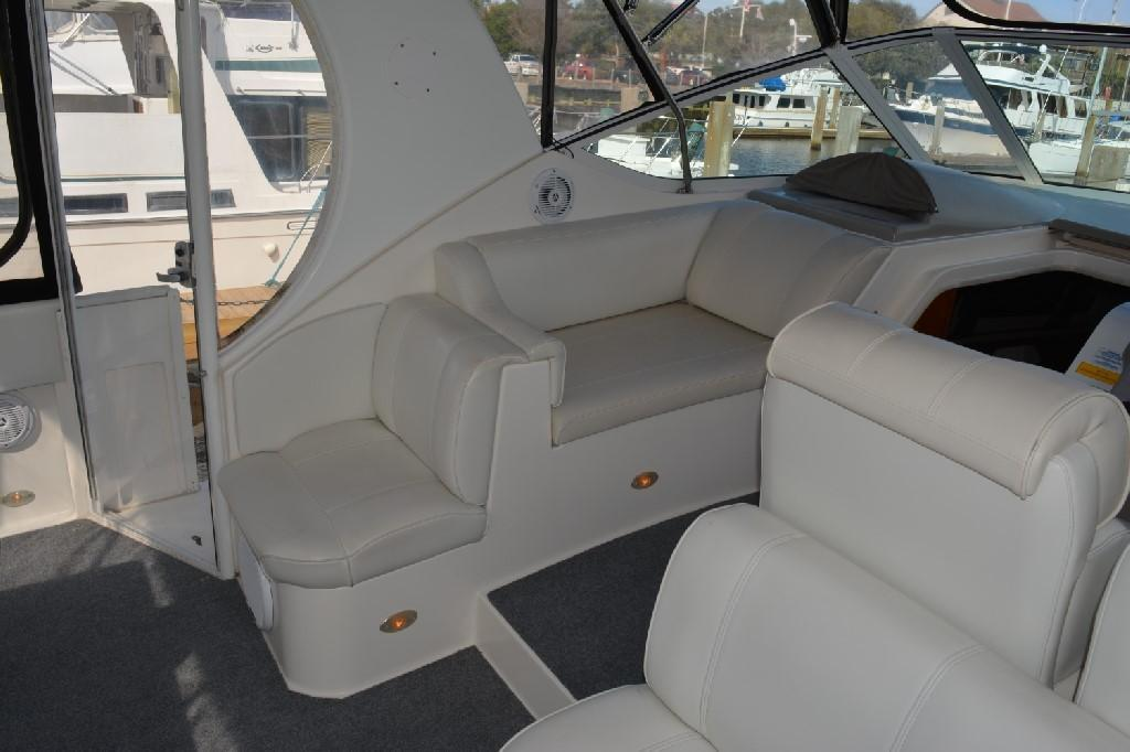 Cruisers Yachts 4050 Express - Portside Seating