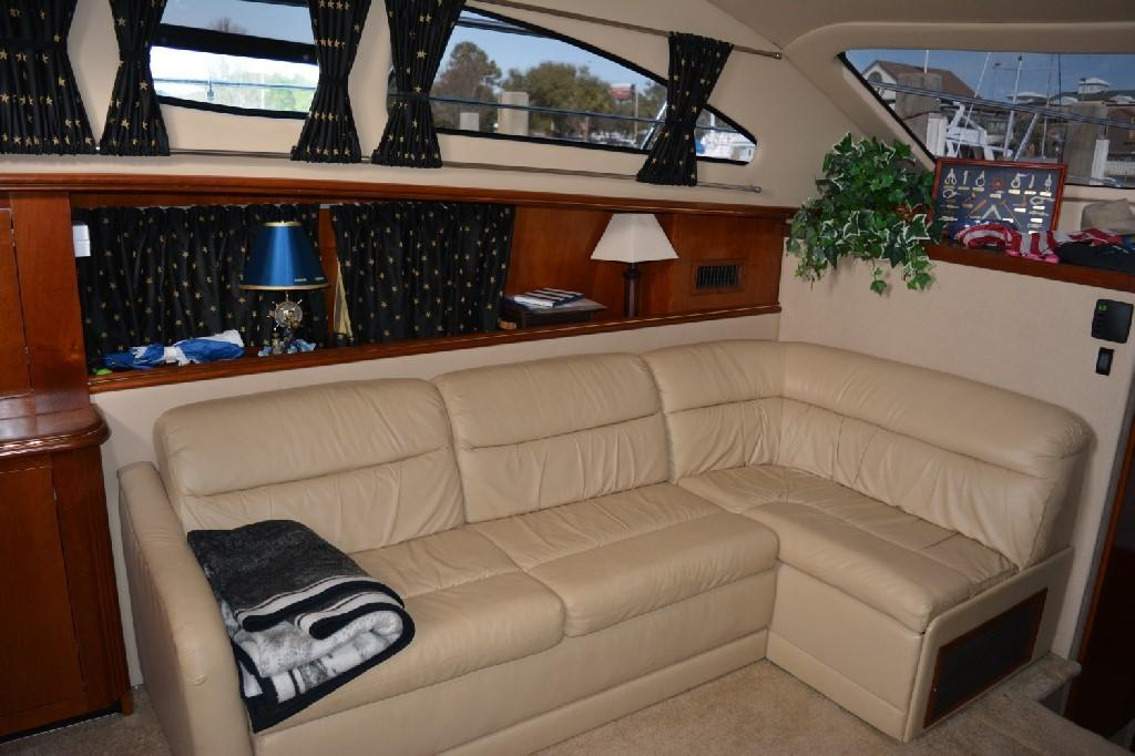 Cruisers Yachts 4050 Express - Salon to Port