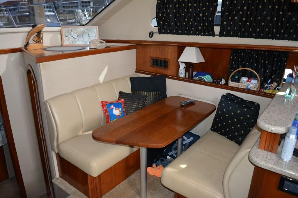Cruisers Yachts 4050 Express - Dinette