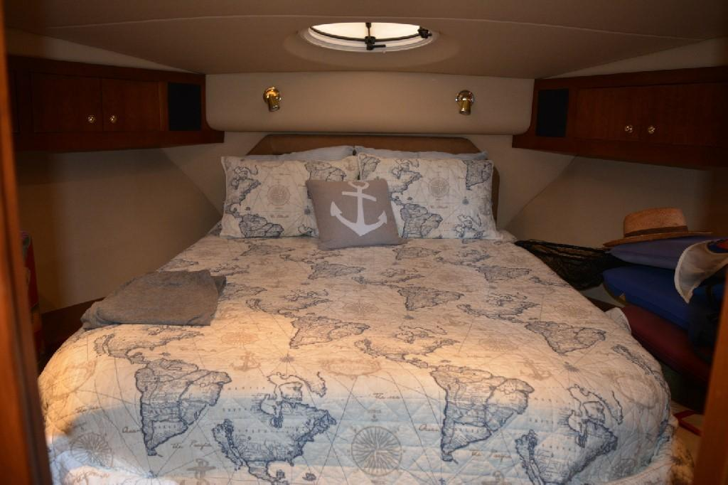 Cruisers Yachts 4050 Express - Forward VIP Berth