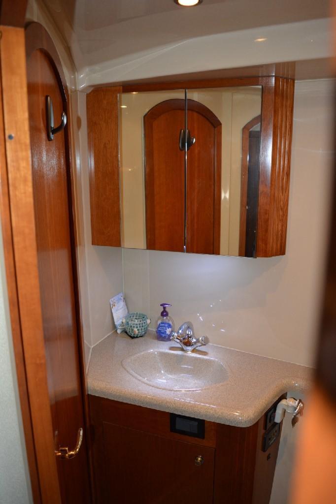 Cruisers Yachts 4050 Express - Forward Head 1