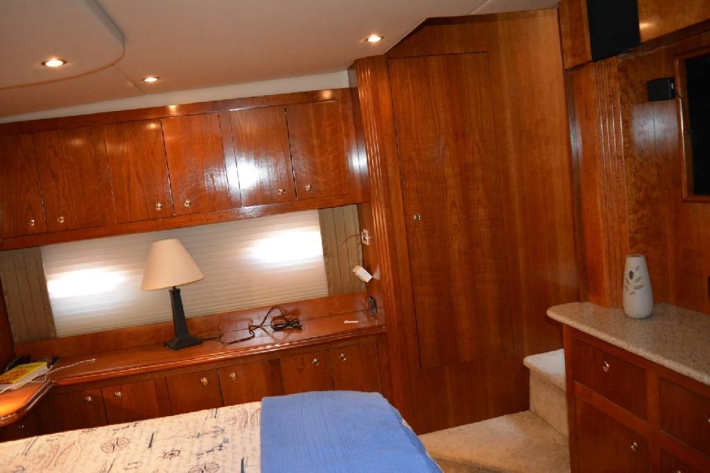 Cruisers Yachts 4050 Express - Cherry Cabinetry