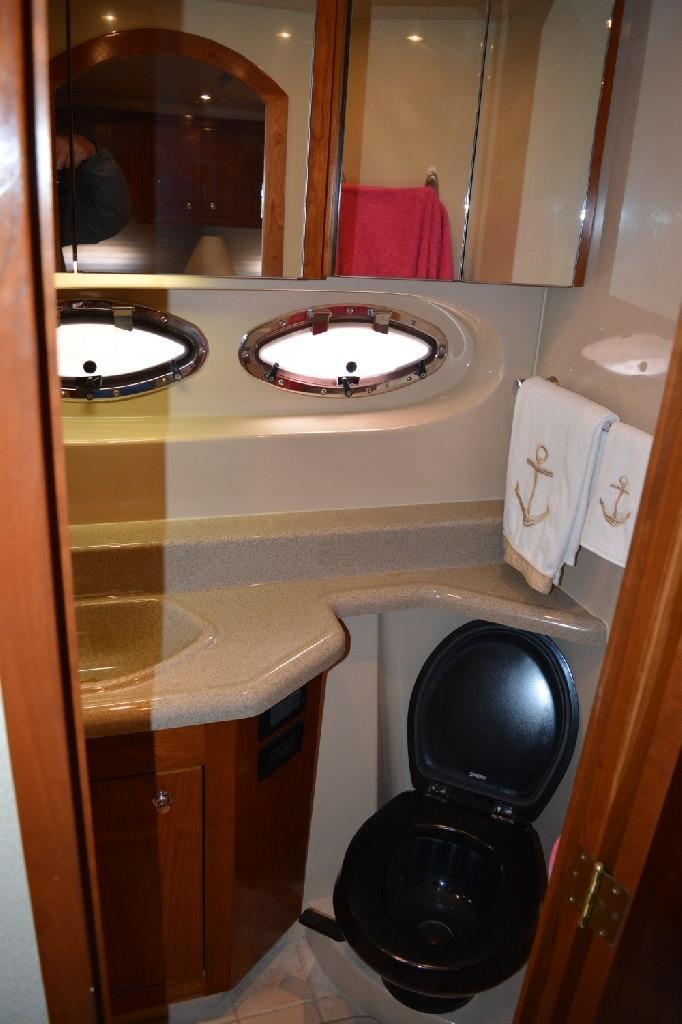 Cruisers Yachts 4050 Express - Master Head