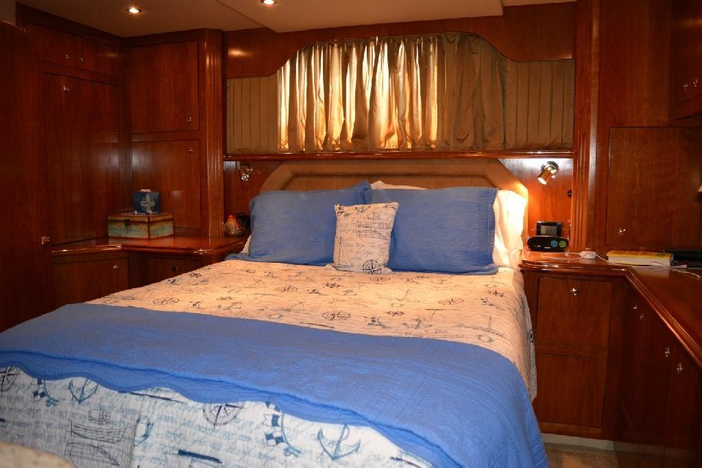 Cruisers Yachts 4050 Express - Aft Master Berth