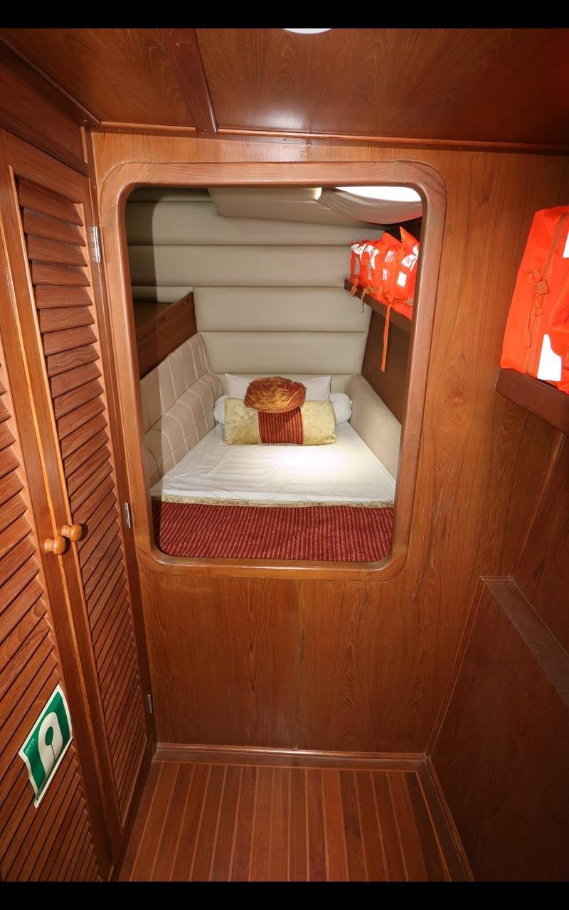 Bow guest cabin port