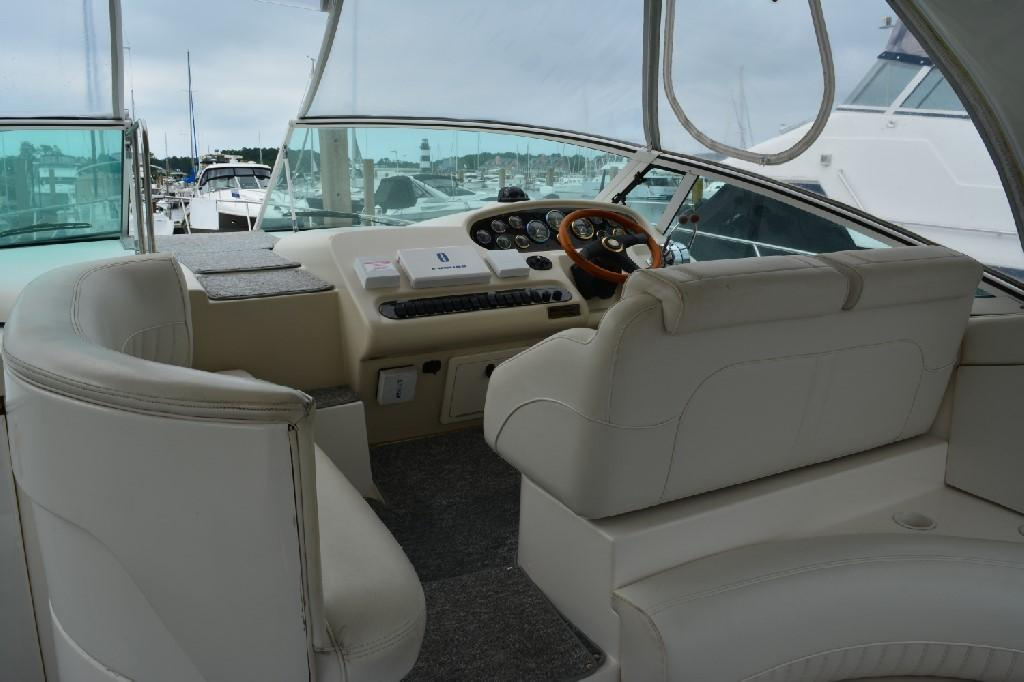 Cruisers 3672 - Helm Seating
