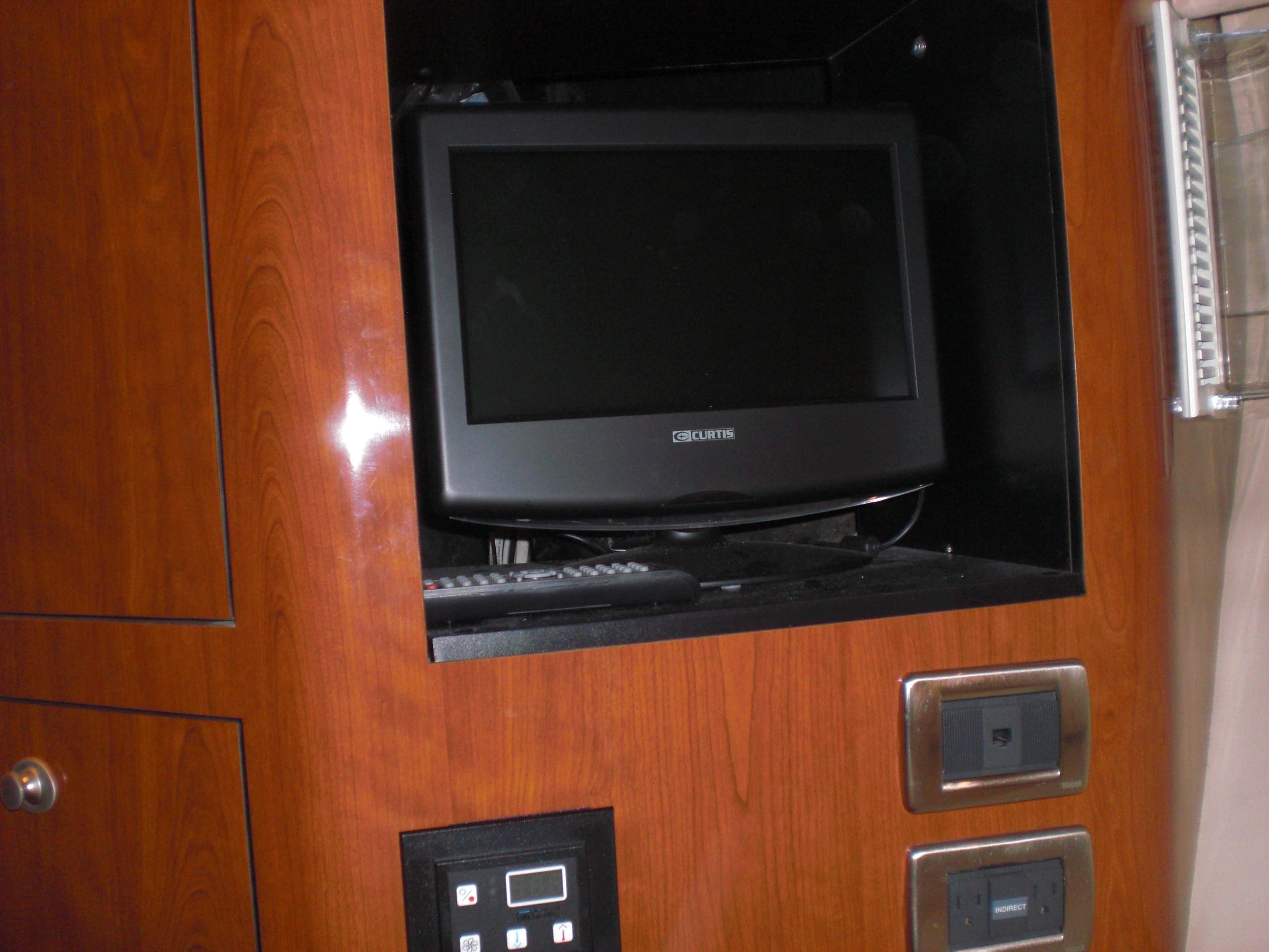 Sea Ray 480 Motor Yacht - VIP TV