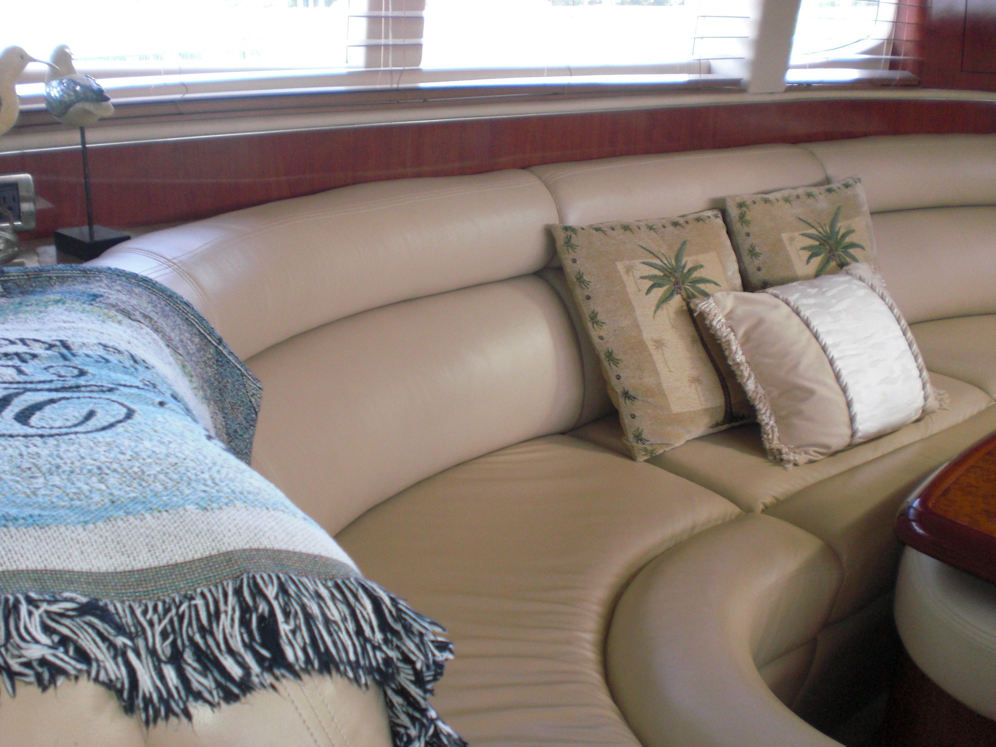 Sea Ray 480 Motor Yacht - Salon Sofa
