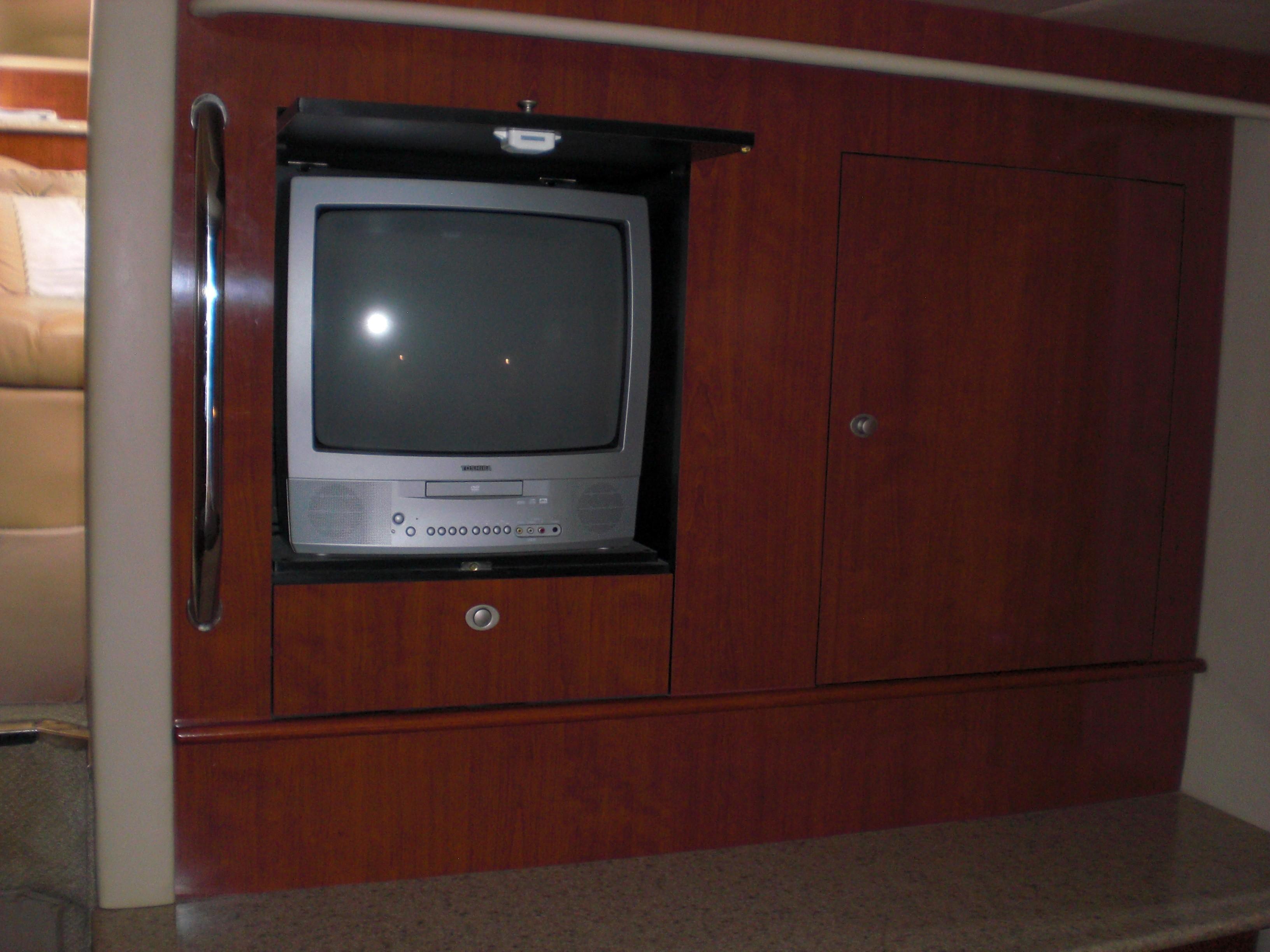 Sea Ray 480 Motor Yacht - Master TV