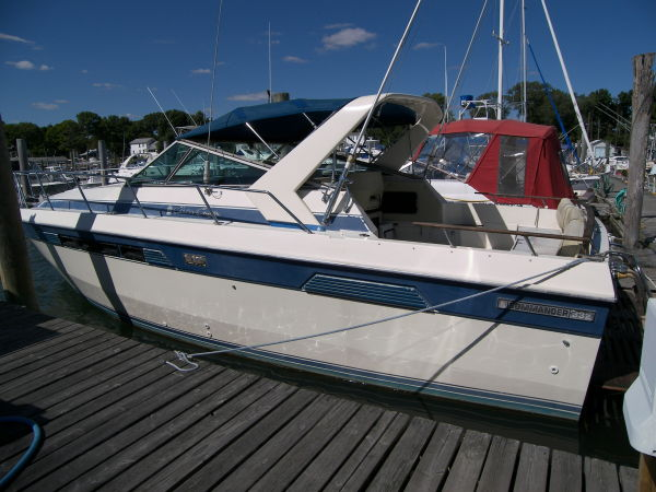 Chris-Craft Comander 332 Express Cruiser. Listing Number: M-948870