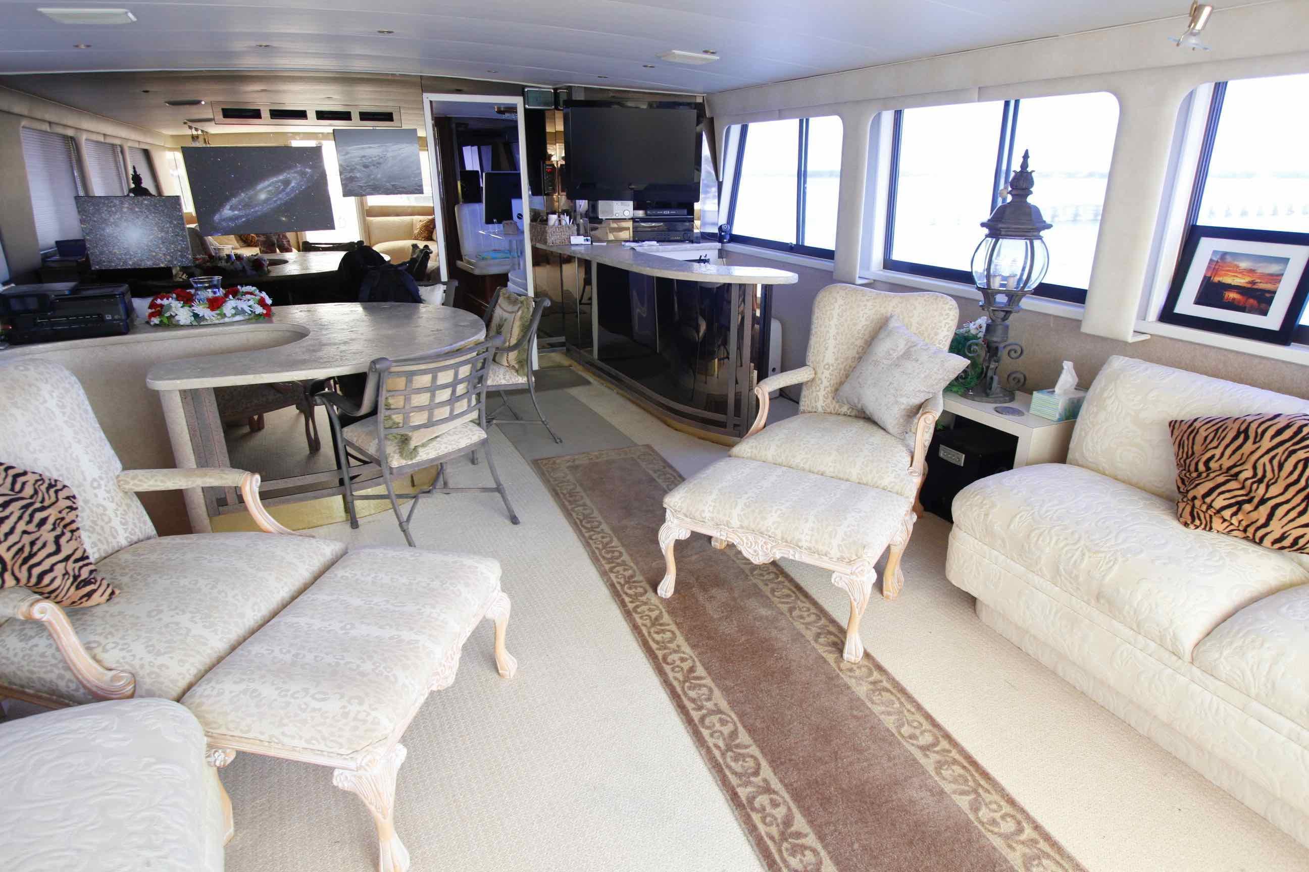 Hatteras 74 CPMY Salon
