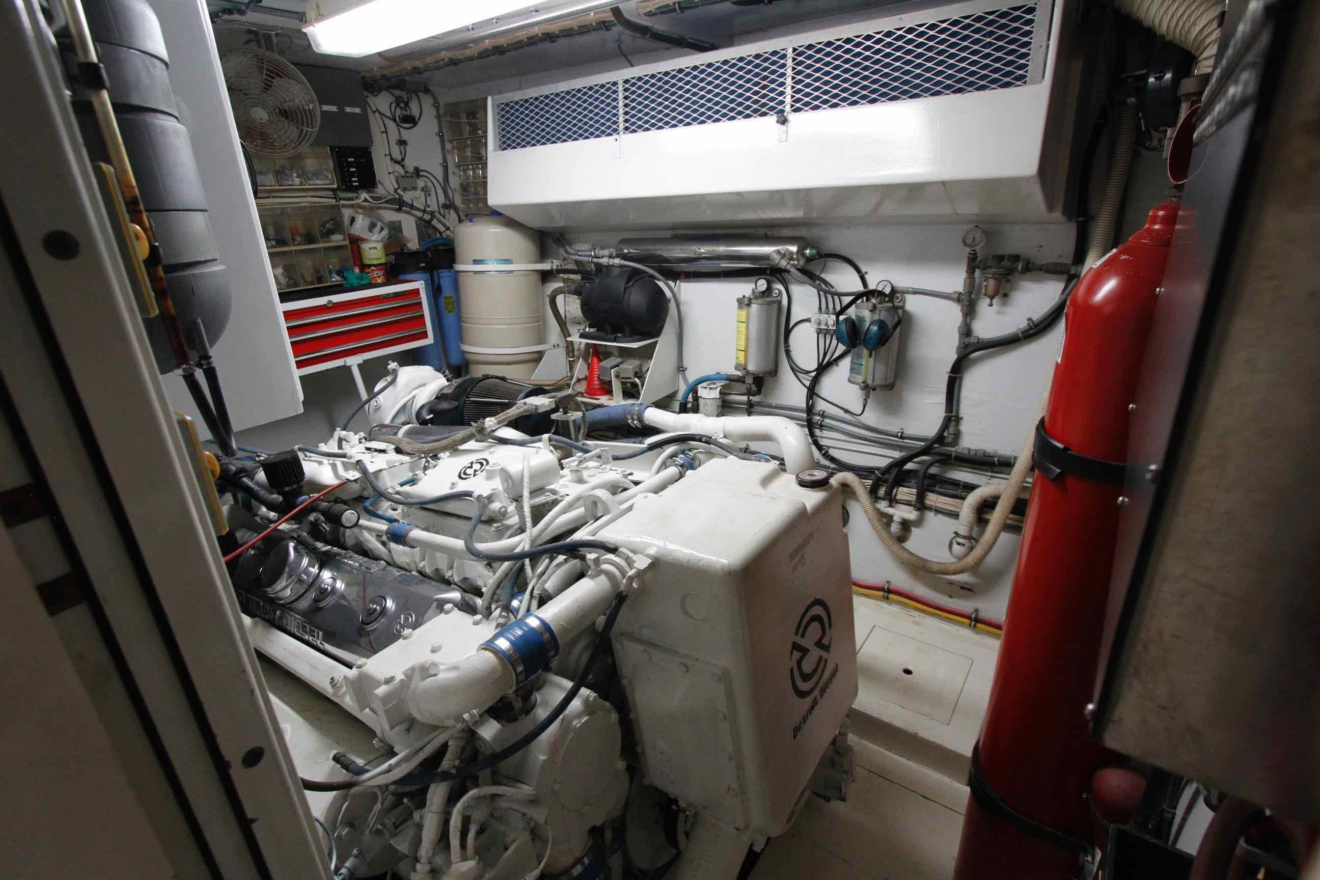 Hatteras 74 CPMY Engine Room