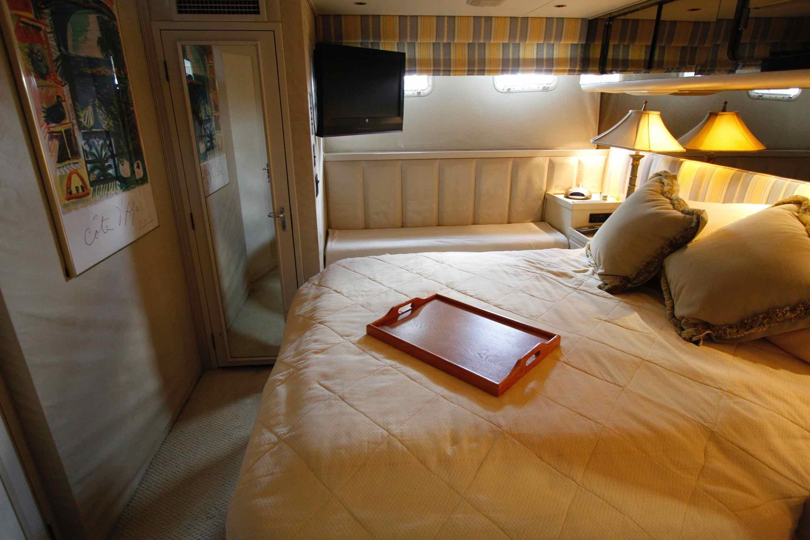 Hatteras 74 CPMY Guest Room 2