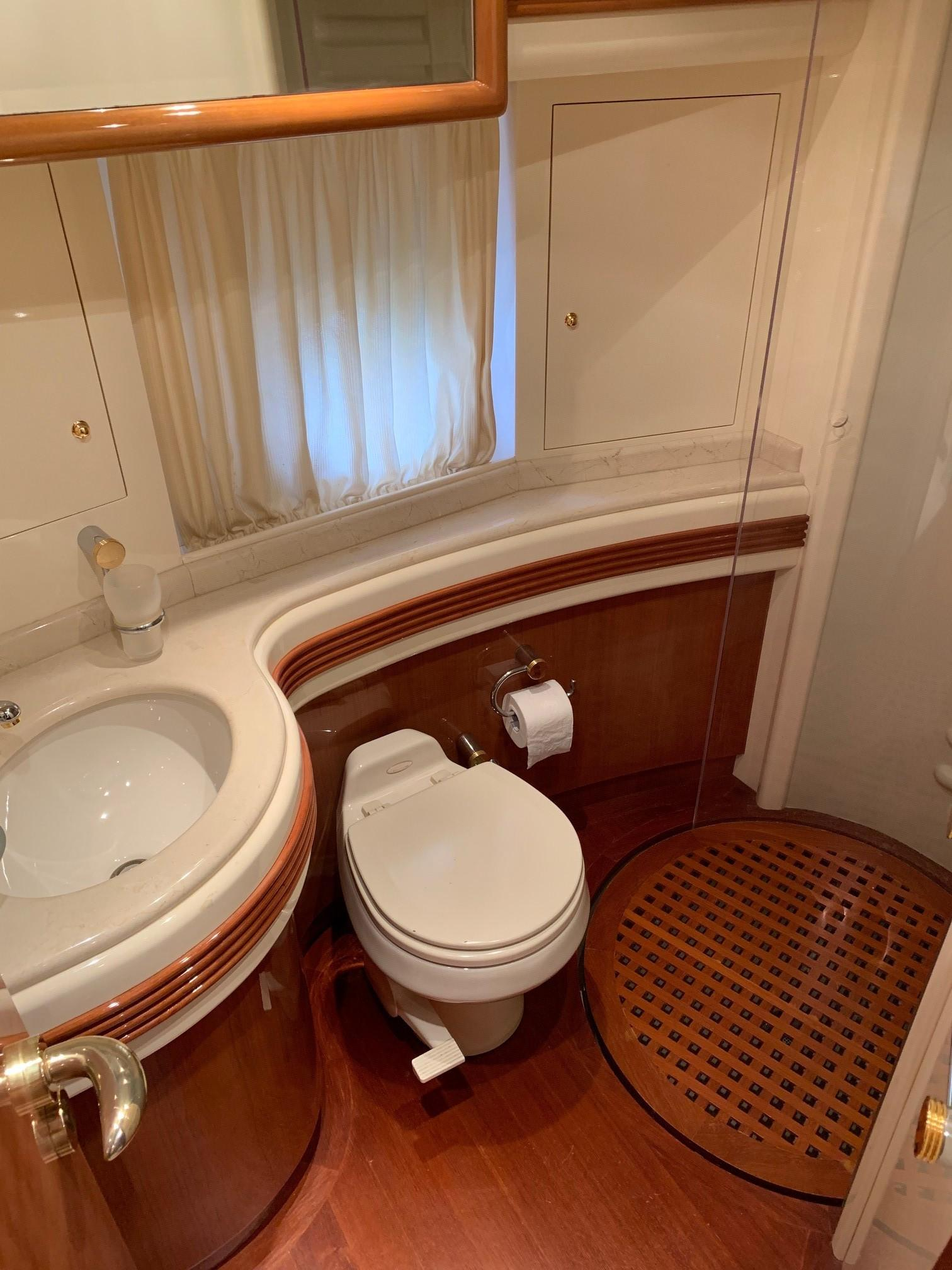 Azimut 80 - Guest Bathroom