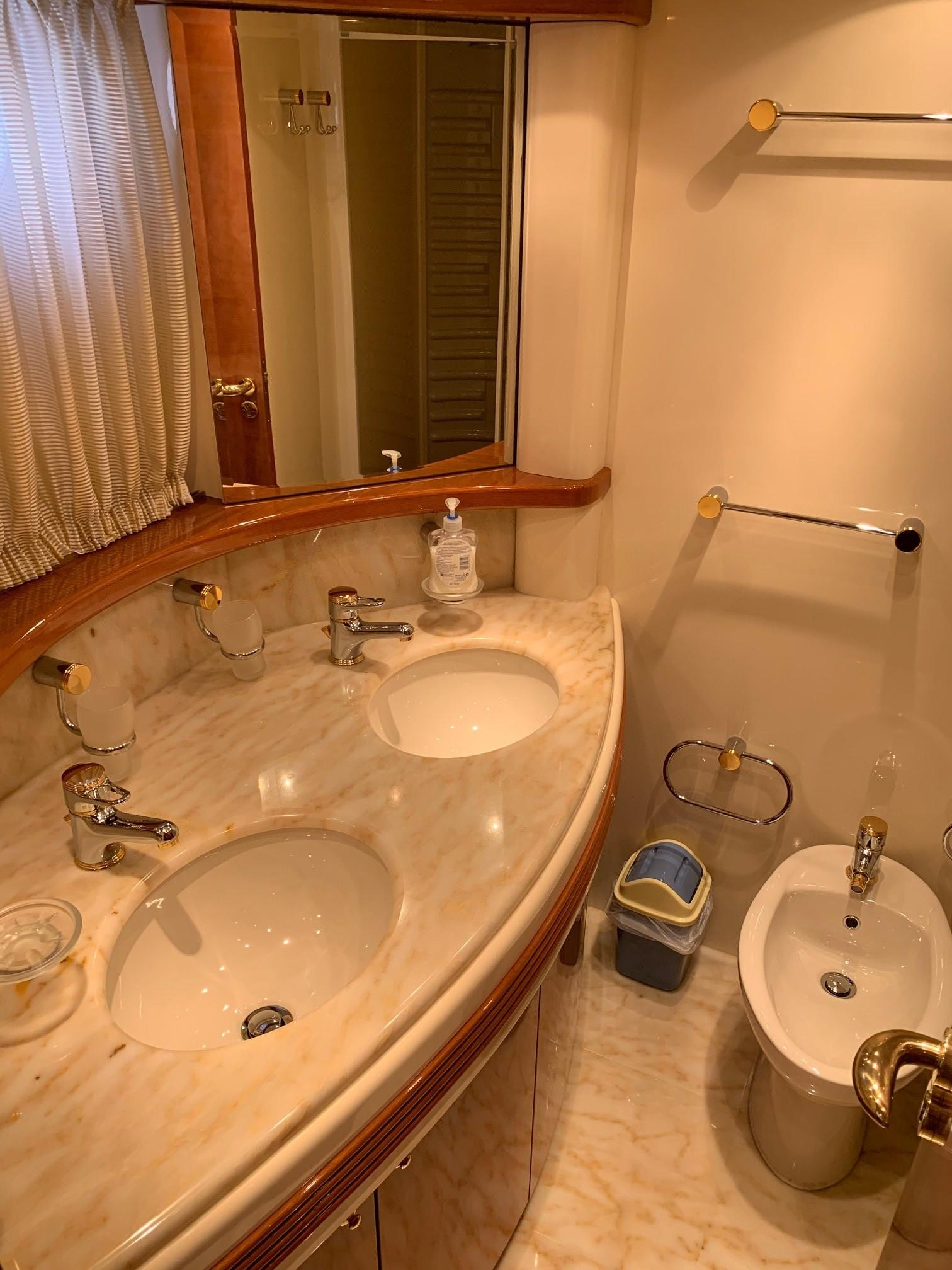 Azimut 80 - Master Bathroom