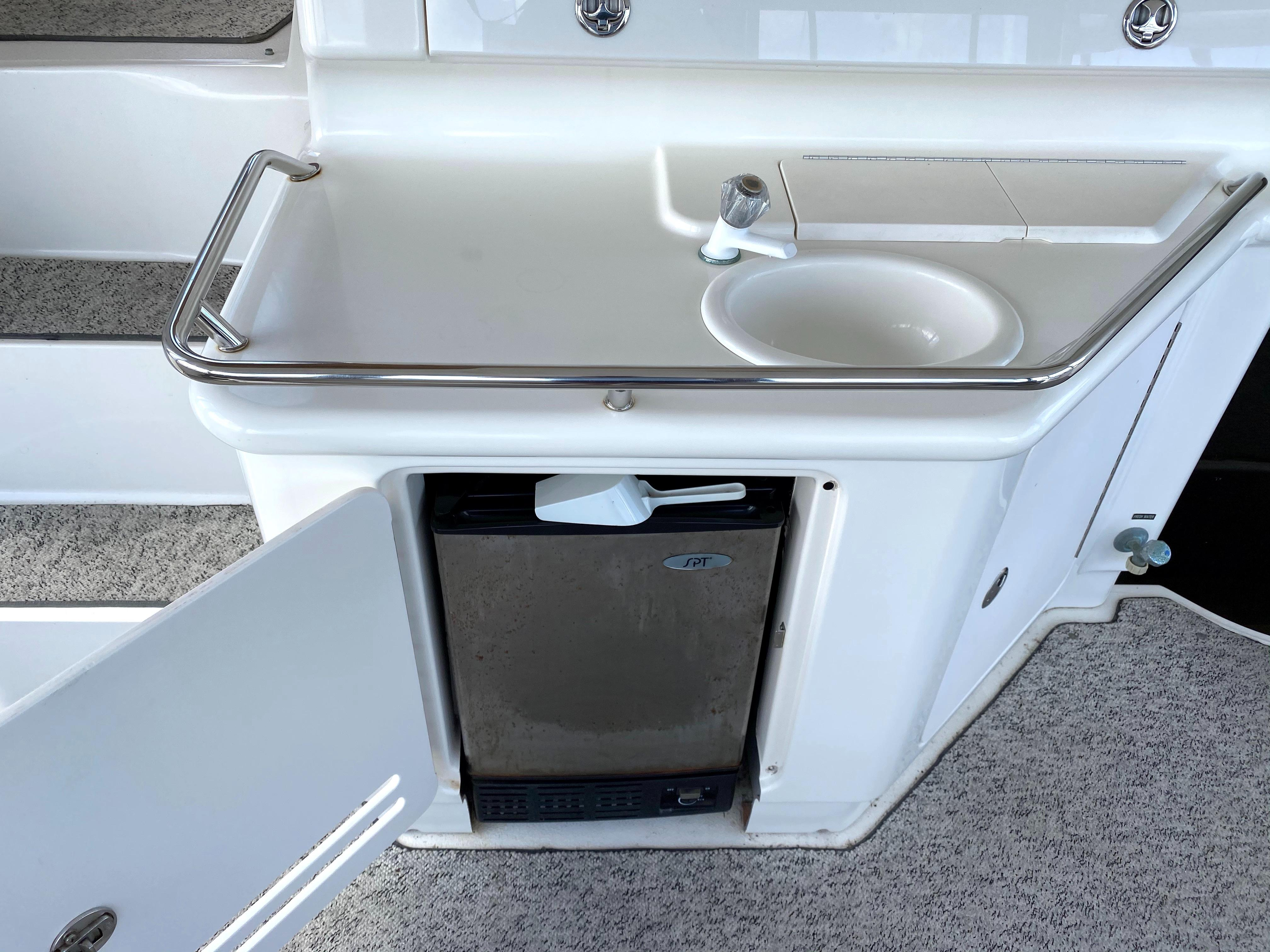 Sea Ray 370 Aft Cabin - sink and ice maker