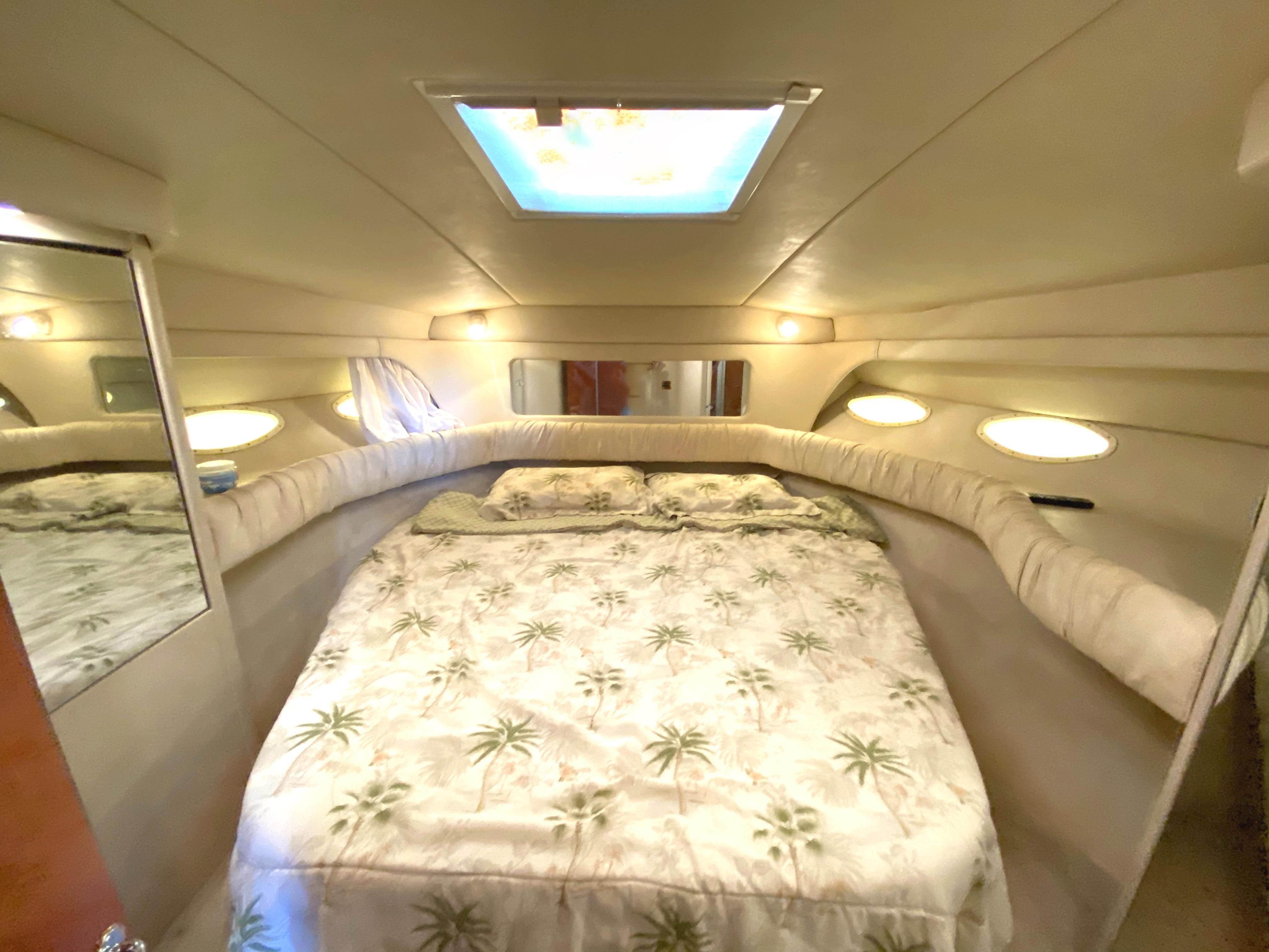 Sea Ray 370 Aft Cabin - forwar v-berth with island bed