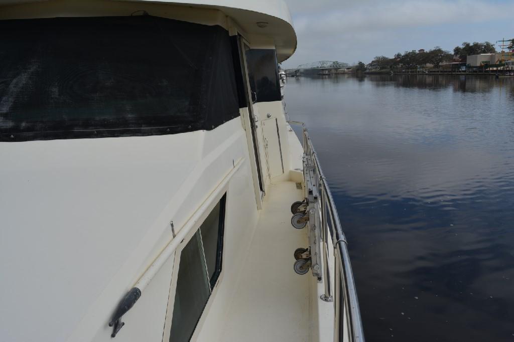 Hatteras 70 Motor Yacht - Portside Walk 2