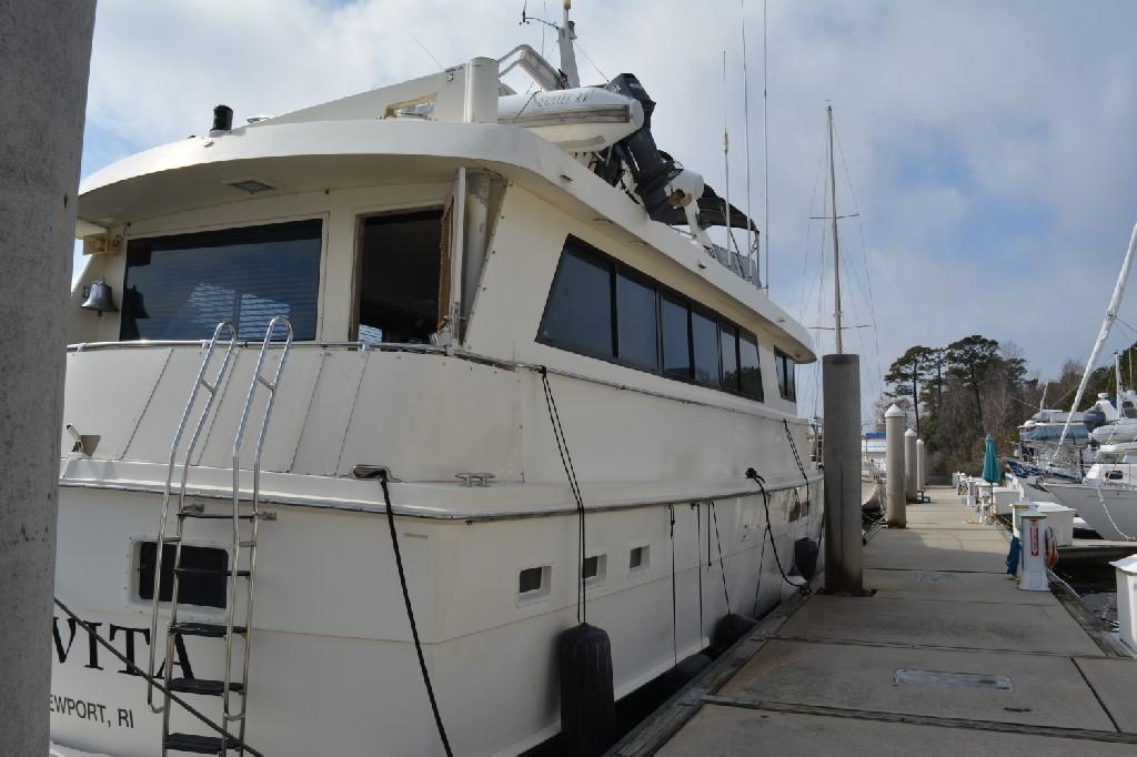 Hatteras 70 Motor Yacht - Stern Starboard
