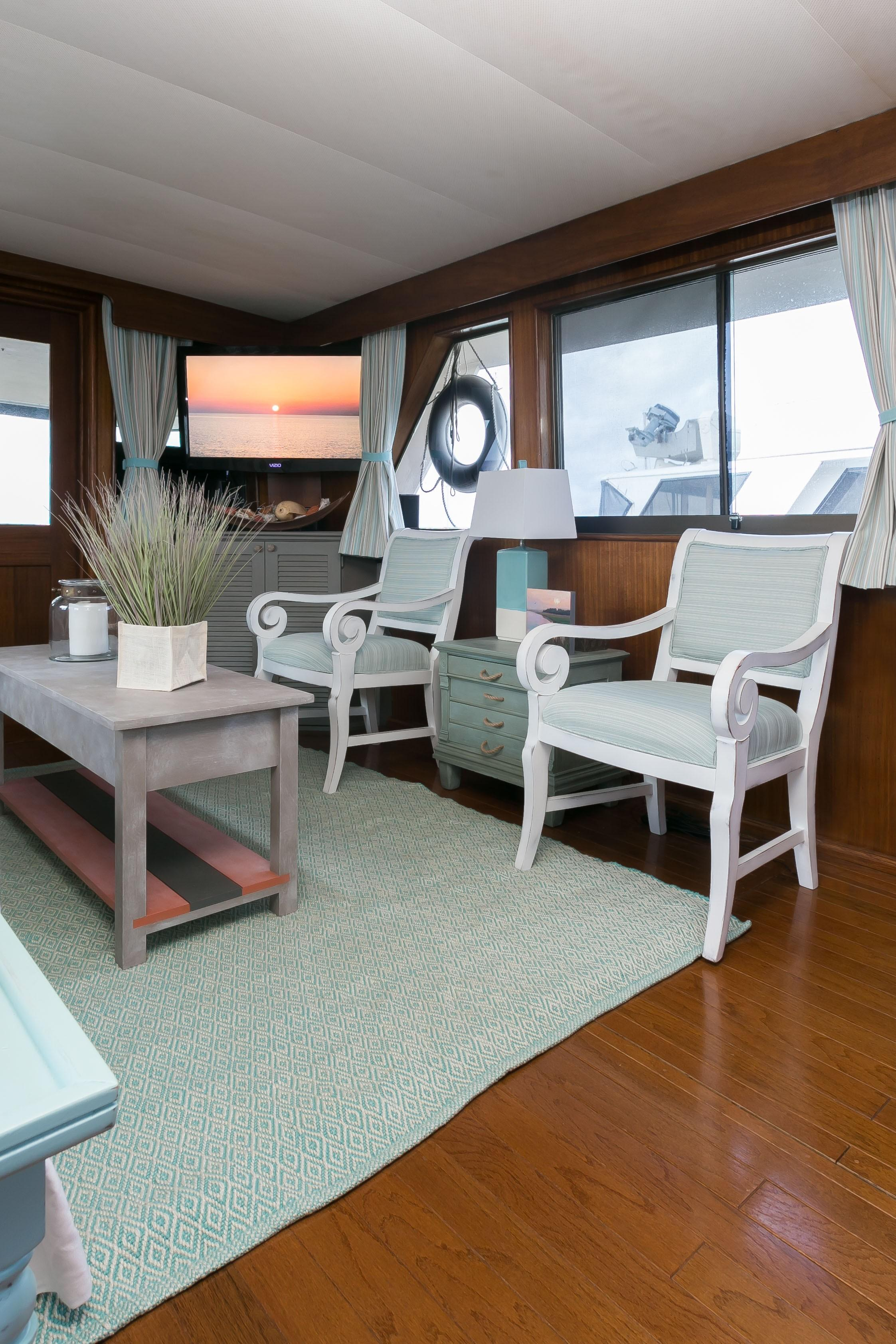 Hatteras 53 Motor Yacht - Salon to port