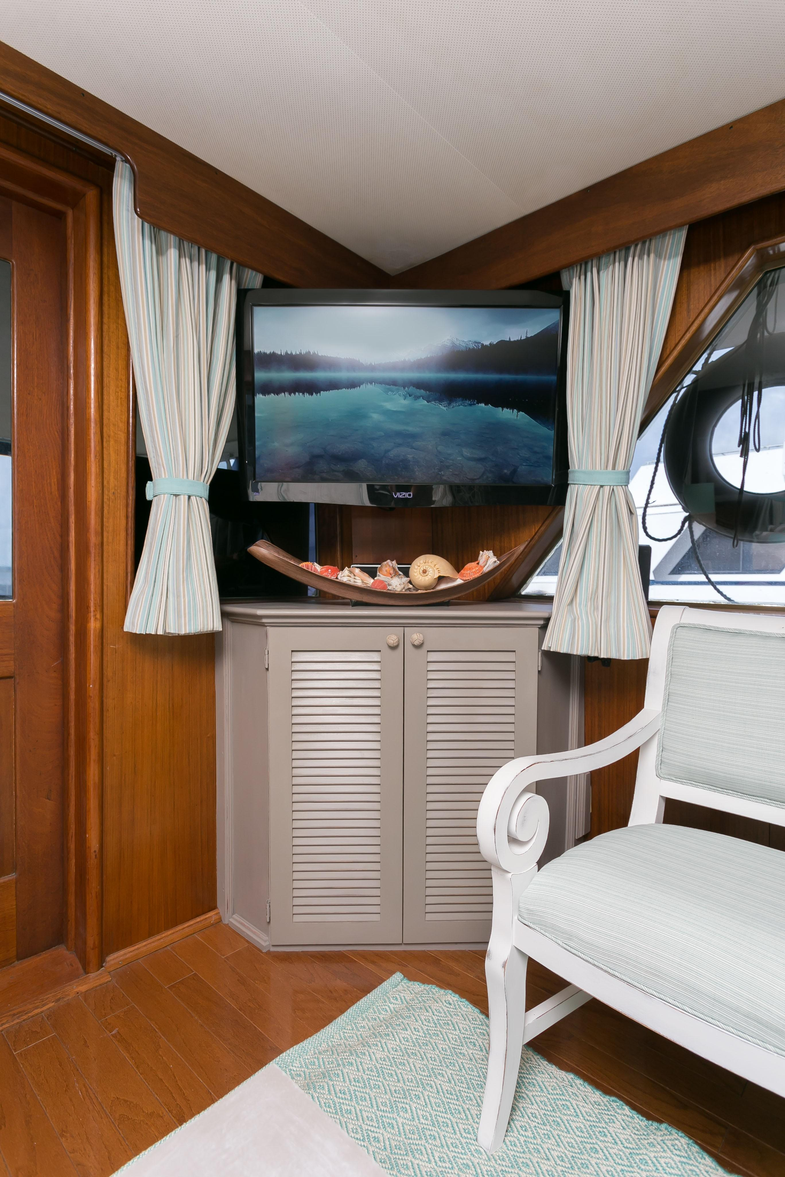 Hatteras 53 Motor Yacht - Flatscreen TV in Salon to port