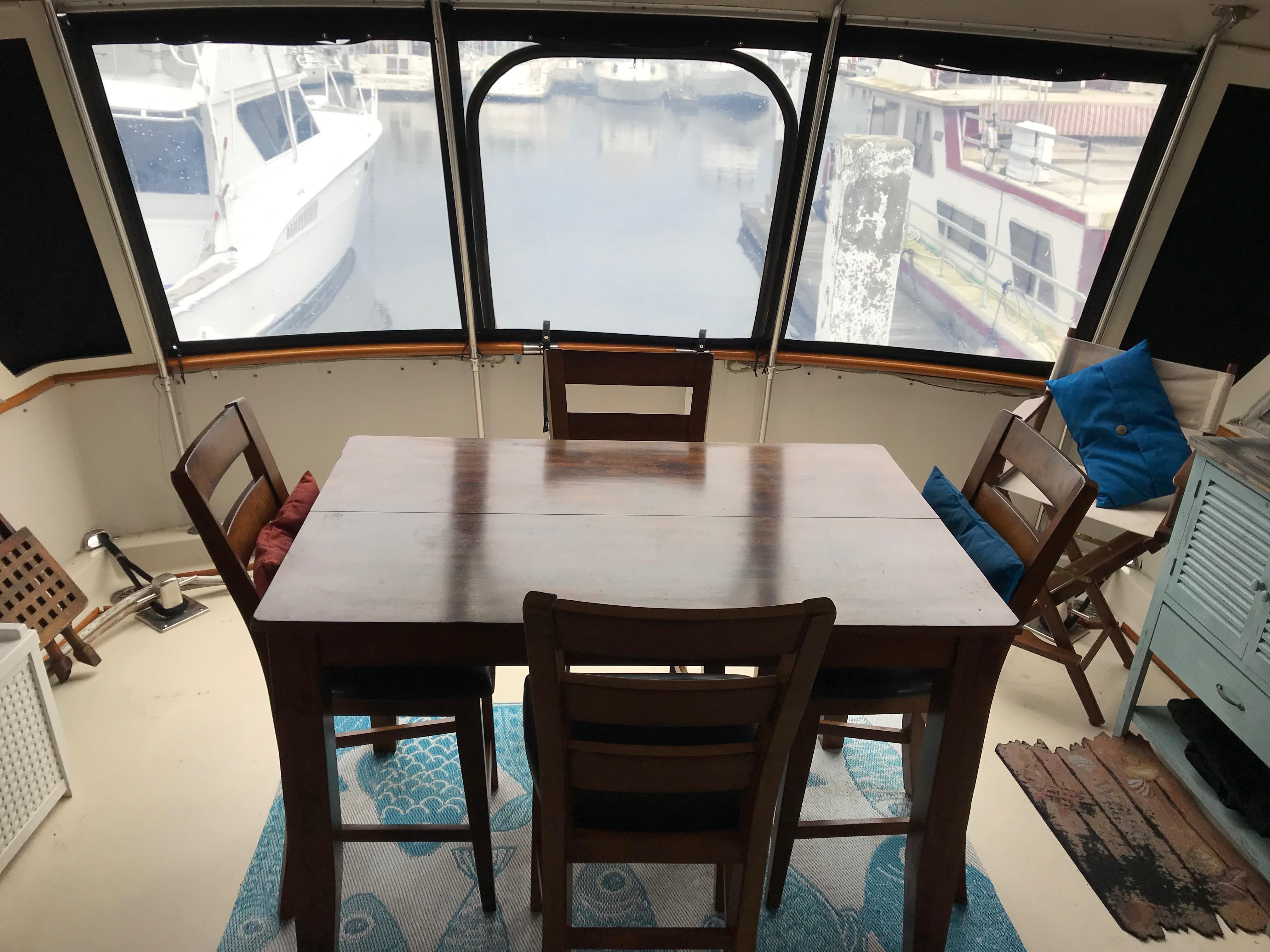 Hatteras 53 Motor Yacht - Aft deck dinette
